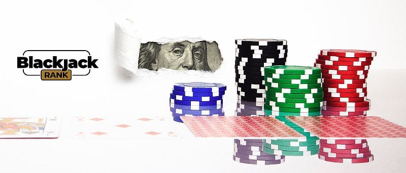 Chips mit Spielkarten auf einem Dollarhintergrund