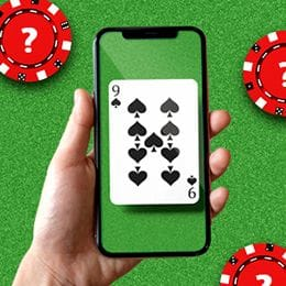 Handy in der Hand mit einer Spielkarte auf dem Bildschirm