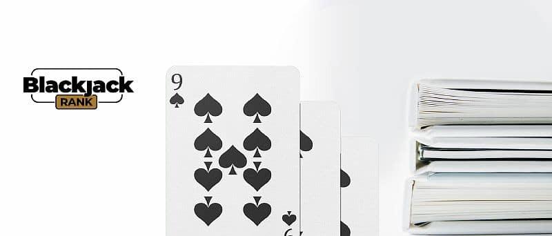 Spielkarten neben dem Regelbuch
