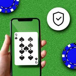 Smartphone mit Spielkarte und Sicherheitssymbol