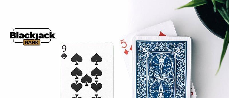 ein Kartenspiel neben zwei offenen Karten